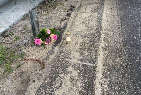 ULYKKESSTED: Søndag kveld var det lagt ned blomster og tent lys for personen som omkom i ulykka ved Dalsjordet søndag morgen.