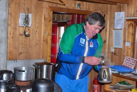 SOSIAL DUGNAD: NIels Ivar Kobberstad har vært medlem i Hadeland Orienteringslag siden han var åtte år. Han synes det er trivelig å hjelpe til i Lushaughytta.