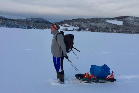 Forteller: Ole Gudbrand Rudsengen forteller om Skjervas historie. Her er han på Skjerva-isen.