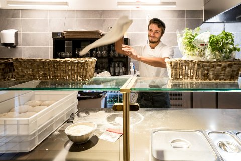 SJONGLØR: Lorenzo sjonglerer pizzadeigen til den har riktig tykkelse og størrelse. Så fylles den med ulike ingrediienser før den stekes i pizzaovnen.