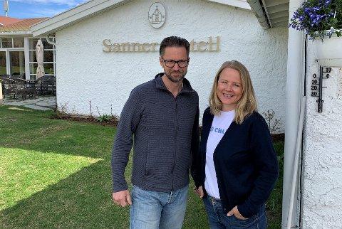KREVENDE:  Kari og Lars Inge Næss ved Sanner Hotell opplever stor grad av usikkerhet, men gleder seg over de små gruppene med folk som besøker hotellet for ulike opplevelser.