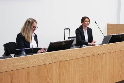 I RETTSSALEN: Fra venstre: Bistandsadvokat Lene Knapstad og konstituert statsadvokat Kristine Knutsen-Berge.