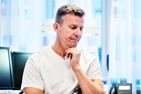 Overlege og forskningssjef Lars Heggelund er klar på at alder er den høyeste risikoen for alvorlig sykdomsforløp etter koronasmitte. Men det er mange ubesvarte spørsmål, også for de fremste forskerne på feltet.