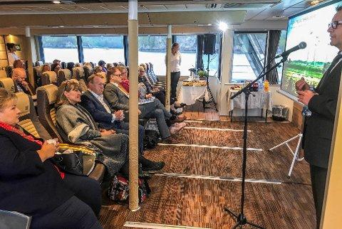 SNAKKER: Her holder Ole Gabrielsen fra Smart Innovation Norway, foredrag for de nordiske statsministerne.
