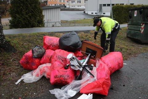 Jan Olav Godberg går løs på nok en haug med søppel ved miljøstasjonen på Os.