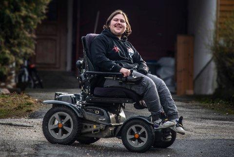 RULLER: I venneflokken er Syver Molander Hellberg kjent som «han som ruller». 17-åringen lar verken diagnosen eller rullestolen være til hinder for å gjøre de tingene han har lyst til å gjøre, selv om han noen ganger må velge en annen vei til målet enn kameratene.
