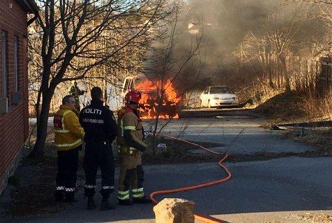 FULL FYR: En bil ble totalskadet i brann i Tistedal torsdag kveld. Politiet mistenker at noen påtente bilen.
