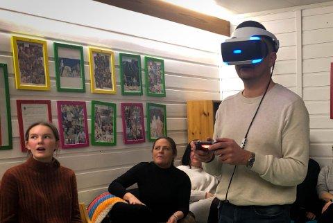 Gunvall Medhus var blant dei som fekk prøva VR-briller under politikk- og pizzakvelden i regi av ungdomsrådet torsdag 17. januar.