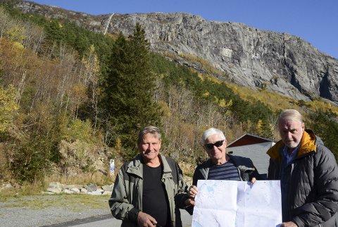 Spennende planer: Denne arbeidsgruppa ser for seg en pendelbane fra Skjeggedal til Grytenuten. – Hele banen vil ha en totallengde på ca. 1830 meter, med en høydeforskjell på ca. 775 meter, sier f.v. Leif Stana, Finn Kristoffersen og Vidar Seim. Foto: Ernst Olsen