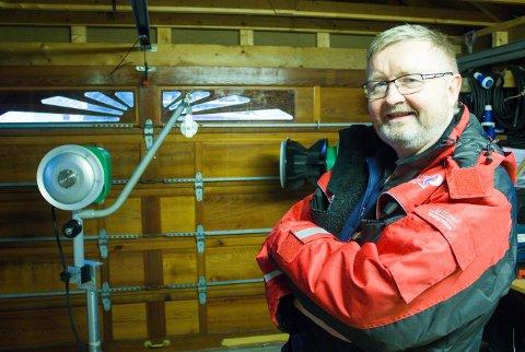 TRAVEL FRITIDSSYSSEL: Harald Olsen selger kraftblokker til fiskebåter fra garasjen sin på Karmøy.