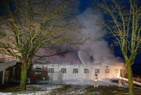 BRANT NED: Driftsbygningen på Tuastad gård, fotografert natt til 9. mars 2018.