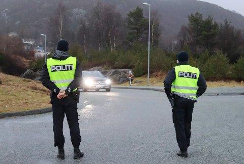 MORGENKONTROLL: Politiførstebetjentene William Storesund (t.v.) og Ørjan Børtveit Skau sjekket samtlige biler på vei til Frakkagjerd barneskole tirsdag morgen.