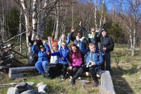 Tur- og treningskompiser: Her er en del av gjengen som var på fellestur til Stavassdalen i Grane. Det var tur- og treningskompiser fra Vefsn og Hattfjelldal som var på tur med masse aktiviteter.foto: privat