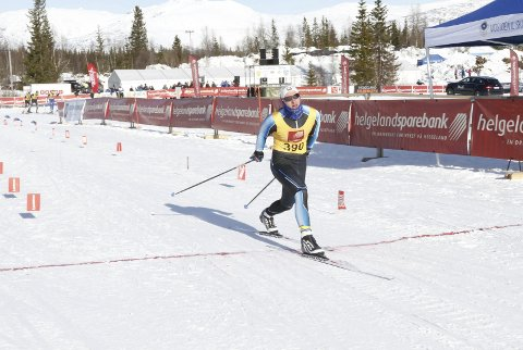 Første dag i NNM på Sjåmoen fredag. Fristil korte distanser. Jesper slo til på hjemmebane og vant M19/20. Her kaster han seg over målstreken