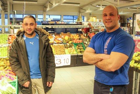 Robin Eldnes og Ahmad Ahmadzai er henholdsvis sjef og ansatt ved Rema 1000 på Nyrud.