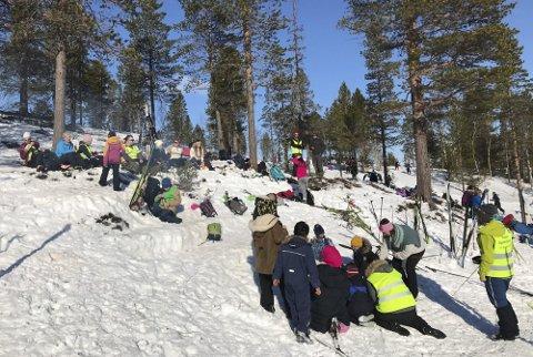 POPULÆR PLASS: Det kommer sikkert til å bli en del folk i Pølsedalen på Sjåmoen i påsken, men Vefsn Røde Kors Hjelpekorps skal ikke bemanne hytta. Bildet er fra en skidag ved Mosjøen skole.