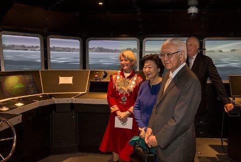 Kong Harald og det singaporske presidentparet Tony Tan Keng Tam og fru Mary Tan fikk en omvisning av rektor Anne Husebekk i skipsnavigasjonssimulatoren på UIT Norges arktiske universitet under statsbesøket i Tromsø onsdag.