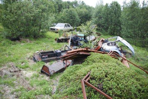 HAVNER I RETTEN: Gjenstandene som kommunen og Fylkesmannen i Finnmark mener er søppel på eiendommen til en tanamann, er årsaken til at saken nå kan havne i rettssalen. Dette bildet er tatt i 2011. FOTO: ALF HELGE JENSEN