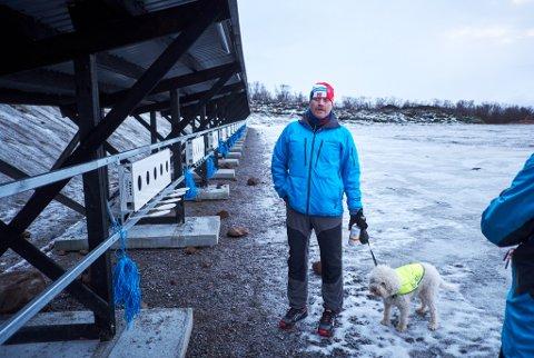FINSK BLINK: Knut Esbensen, primus motor for etableringen av skiskytterarena i Vestre Jakobselv, kan fortelle at Kurvinen-blinkene skal være blant de beste i verden.