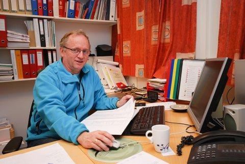 – ET PROBLEM: Geir Hansen, teknisk sjef i Gamvik kommune, forteller at de hvert år har problemer med å få kostet de kommunale veiene.