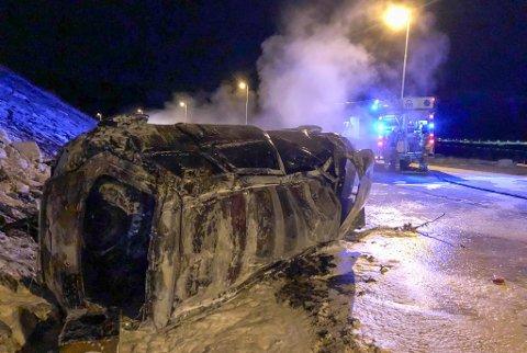 UTBENT: Bilen havnet utfor veien, veltet og tok fyr. Alle fem i bilen ble sendt til UNN i Tromsø.
