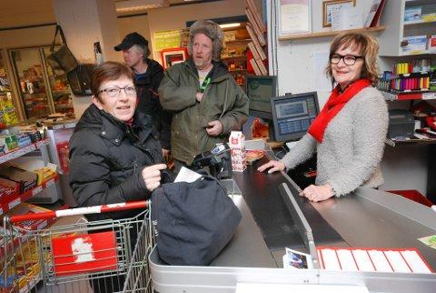 STØTTER BUTIKKEN: Maryann Sandvik tar ikke med seg billige varer fra Lakselv til Kunes. Hun handler det meste hos Bjørg Masternes. Bak i køen ser vi de svenske snekkerne Ivar Lundin og Anders Lövgren. Her fra da Masternes mottok Merkurprisen for tre år siden.