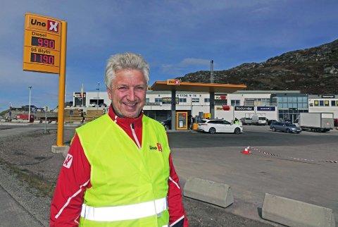 ÅPNET: Thron Sperre Olsen, regions- og avdelingsansvarlig for Uno-X, var også på plass for å offisielt åpne den nye stasjonen i Hammerfest.