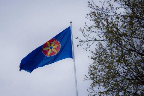 FLAGGER: Ved rådhuset i Vadsø flagger det kvenske flagget.