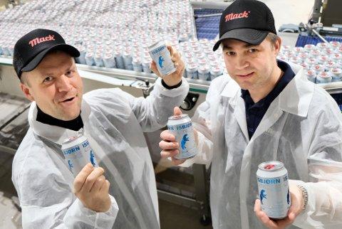 MANGE VIL HA LITE: Macks administrerende direktør Roger Karlsen (t.v.) og eksport- og markedsdirektør Ken Stian Olsen ser at «lite»-øl tar stadig større markedsandeler. Nå kommer de med en variant med kiwismak.