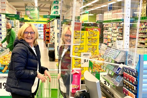 FØRSTE KUNDE: Anita Bahr var den aller første til å betale i den nye Kiwi-butikken.