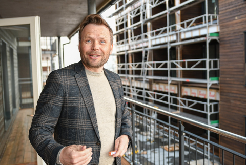 """Lars Nyborg jobber med nye boligprosjekteri DnB Eiendom. Han har tro på å selge flere leiligheter i Svolvær. Til høyre er boligprosjektet """"Parken"""" med fokus på langtidsutleie under bygging."""
