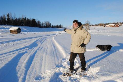 VEIVISER: Roy Vega (64) viser vei mot Marsimartnan i Levanger.  Det er et godt stykke med hest og slede fra Jämtland.