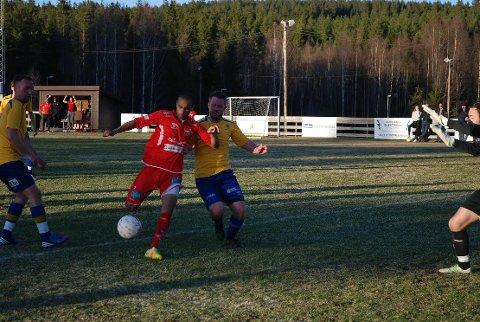 LEDELSE: Saeed Rahim (i rødt) setter inn 1-0, noe vertenes Greger Engh (t.v.) og Robert Engh Holmedahl bare må innse at kula går inn. Alle foto: Trym Helbostad
