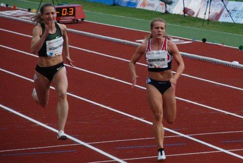 ÅRSBESTE: Astrid Mangen Ingebrigtsen sprinter inn til 3. plass på 100-meteren på Bislett. Til høyre løpets vinner Helene Rønningen.