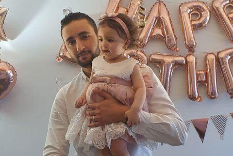 STOLT PAPPA: Ahmed Jouini og kona ble foreldre til lille Lara i mai i fjor. Den nybakte familien trives med livet på Bjørkelangen.