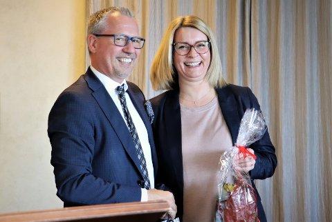 Formannssekretær Kristin Vangen har vært ansatt i Alstahaug kommune i 31 år, hvorav 7 av disse som formannssekretær. Hun blir nå arkivleder i Herøy kommune. Bildet er tatt i forbindelse med at tidligere ordfører Bård Anders Langø ble takket av.