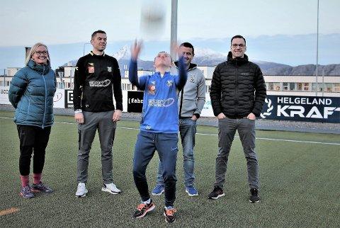Marit Brandsnes Pedersen er kjempeglad for at NFF Nordland nå vil samarbeide med Sandnessjøen og Mosjøen om tilrettelagte fotballkamper. Her sammen med Stian Theting, William Fournaros og Martin Leiknes Sommer. Foran storscorer for Dream Team, Erlend Brandsnes Pedersen.