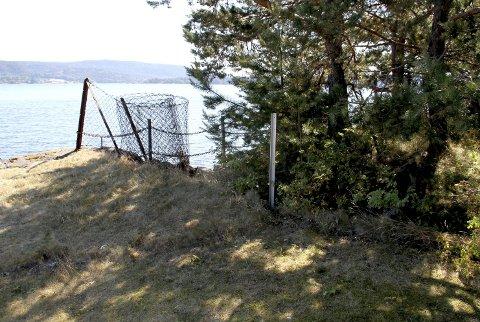 Har tatt lang tid: Denne uka var et av de ulovlige stengslene i strandsonen på Smørstein delvis fjernet. Men det vil være en smal sak å montere dette gjerdet opp igjen.alle foto: lars ivar Hordnes