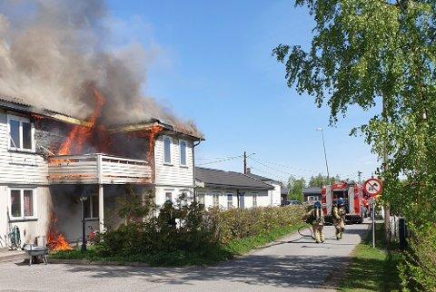 VOLDSOM BRANN: Slik så det ut da brannvesenet kom fram til bygget, som besto av en næringsdel og to leiligheter, 16. mai 2019.