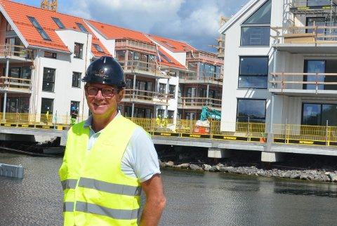SUKSESS PÅ SKRUBBEN: Eiendomsmekler Bjørn Helliksen ved Sørmegleren Kragerø står for salget av den dyreste leiligheten solgt i Kragerø. Her ved byggeplassen på Skrubben i fjor sommer.