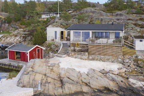 Dette landstedet i strandkanten på Bærø er lagt ut til salgs med en prislapp på 11,9 millioner kroner.