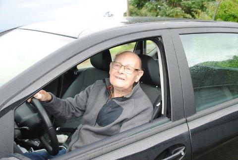 HELD FRAM: Kasper Hjelmeland bestod prøven og fekk sist veke fornya førarkortet sitt. Om to månadar har han hatt førarkort i 82 år.