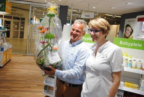 Senterleiar Geir Jakobsen ønskjer Sigrid Bjelland Mathisen velkomen heim, og gler seg over opning av nytt apotek.