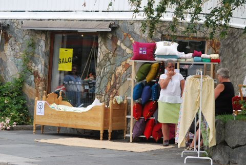 Utanfor Fristelser i Skålagato hadde det laurdag poppa opp ein pop up-butikk., nemlig Aldehagen by Kristin. (Foto: Gudrun Skaaluren).