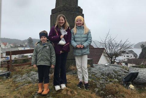 Åsmund Gravdal Kaldestad, Madel Gravdal Kaldestad og Emina Gravdal Totland var kjappast første påskedag, og fann egget som var gøymt på Sunde. (Foto: Privat).