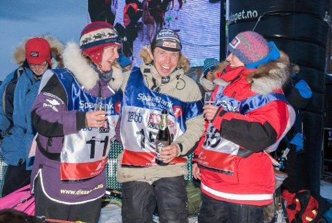Ole Sigleif Johansen jubler sammen med toer Elisabeth Edland (til høyre) og treer Sissel Vollan.