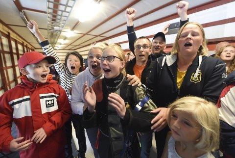 AVGJORT: Sara Kristine Havik Johnsen (med briller) har fått beskjed om at hun har vunnet finalen og da startet en ellevill feiring. Pappa Stein Roar og mamma Kjersti (t.h.).