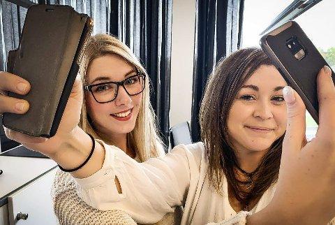 SNAP-SJEFER: Katrine Alexandra Leirmo Heiberg og Natalia C. Heinrich har startet en ny Snapchat-konto, for å vise frem Laagendalsposten på en ny måte for leserne.