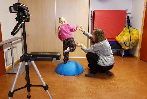 TAR I BRUK TEKNOLOGI: Kongsberg kommune er sammen med Krødsherad og Modum med på et pilotprosjekt hvor barn blir filmet når de er hos fysioterapeut.