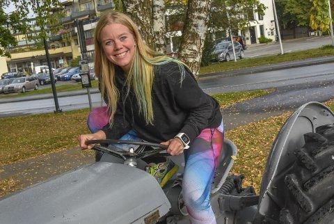 På traktor'n: – Pass på, Sondre, nå kommer jeg på traktor'n! Ingvild Bergum Berget spøker gjerne med at hun i disse dager er med på TV2-programmet Jakten på kjærligheten.Foto: Cecilie Johannessen